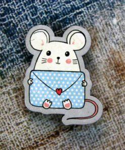 Деревянный значок Мышка с письмом