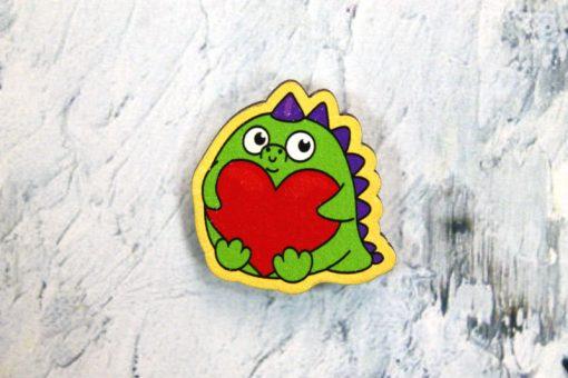 """Деревянный значок """"Динозавр с сердечком"""""""