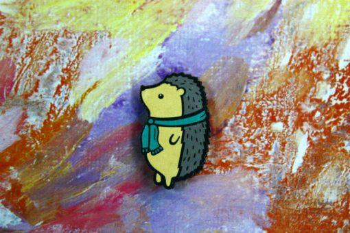 Деревянный значок Ежик в шарфике