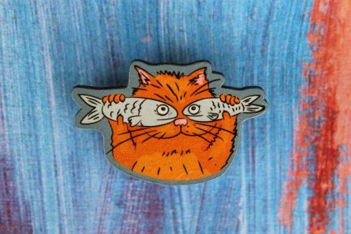"""Деревянный значок """"Котик с рыбками"""""""