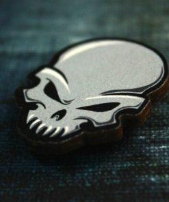 Деревянный значок Серый череп