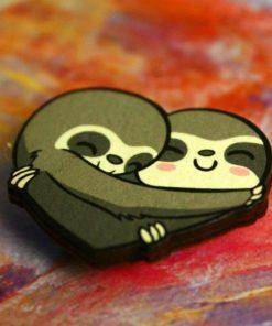 Деревянный значок Сердце из ленивцев